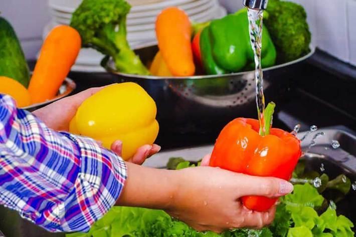نحوه صحیح شست وشوی میوه و سبزی در روزهای کرونایی